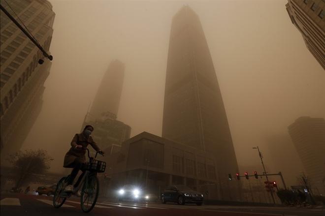 Trung Quốc 'ngạt thở' trong bão cát lớn nhất thập kỷ - 2