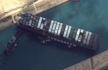 Nỗ lực giải cứu tàu mắc kẹt ở kênh Suez tiếp tục thất bại