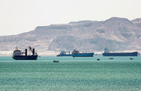 Gần 10 tỷ USD hàng hóa kẹt ở kênh Suez