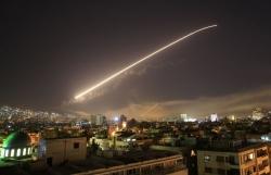 tre em dung day cac ban cong xem ten lua lien quan va phong khong syria do suc