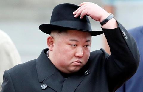 ong kim jong un mac au phuc buoc xuong nha ga vung vien dong cua nga