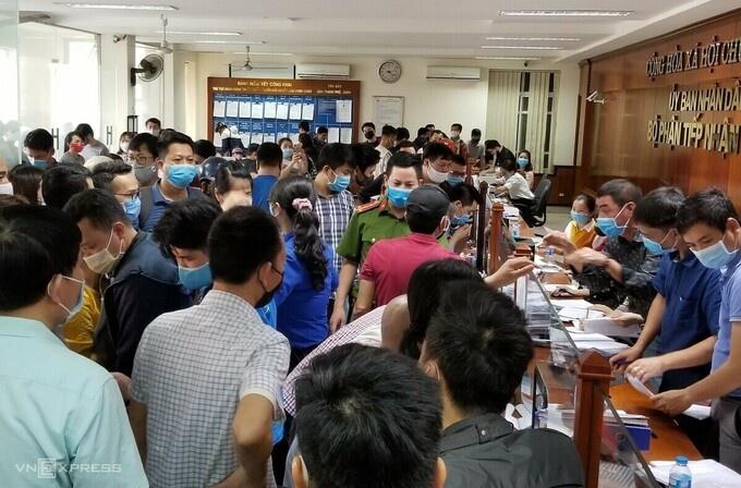 Hàng trăm người chen nhau xin giấy phép cho xe ra vào thành phố