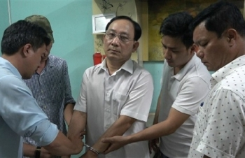 Tống đạt quyết định khởi tố Giám đốc bệnh viện Cai Lậy nghi liên quan giết người