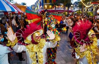 """Du khách khắp Phú Quốc đổ về siêu quần thể """"không ngủ"""" hàng đầu Châu Á trong ngày khai trương"""