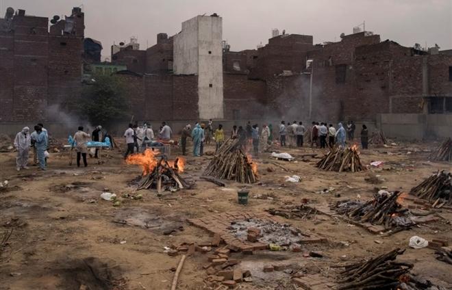 """Thảm kịch COVID-19 ở Ấn Độ: """"Hãy giúp cha tôi chết được không?"""""""