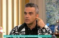 robbie williams giai thich hanh dong gio ngon tay thoi o world cup