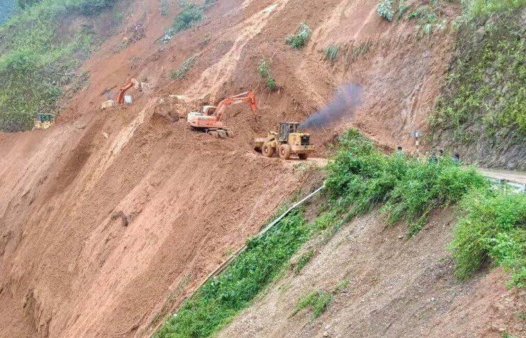 Mảng núi sạt thần tốc, đẩy bay 2 máy xúc và 2 công nhân xuống vực