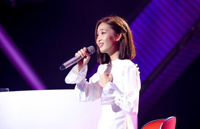 khan gia bat binh to the voice lua dao giam khao thien vi hot girl
