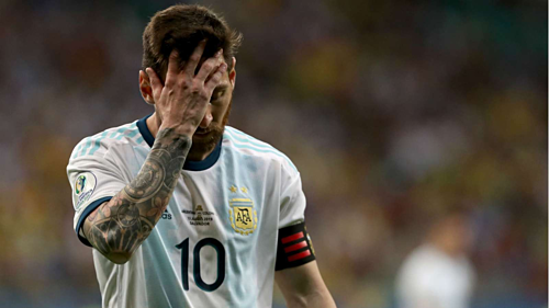 messi argentina can ngang cao dau va buoc tiep