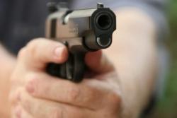 Tạm đình chỉ trung úy công an phường ở Bình Dương nổ súng bắn người ở quán nhậu