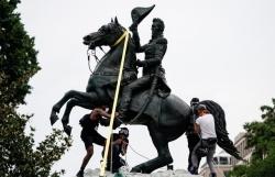 Người biểu tình định kéo đổ tượng cựu Tổng thống Mỹ ở thủ đô Washington