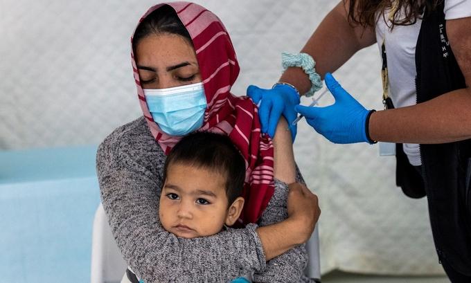 """Nước giàu chia sẻ vaccine """"như muối bỏ bể"""""""