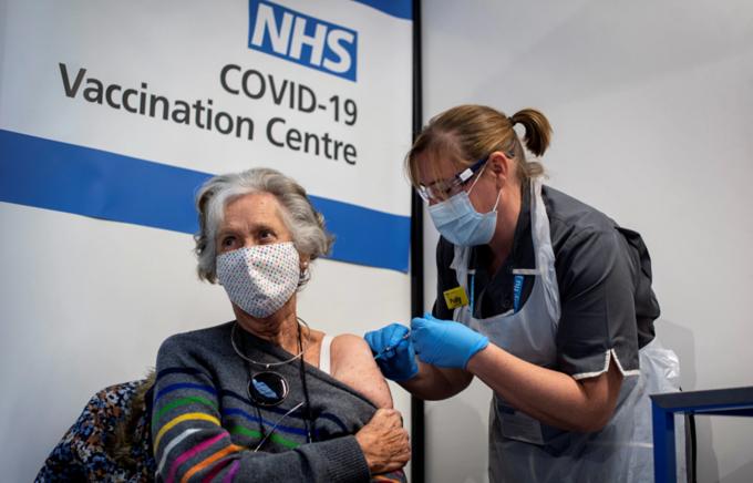 Vaccine Covid-19 cứu sống 27.000 người Anh