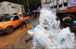 Thái Lan chặn hai con suối trút nước vào hang nơi đội bóng nhí mắc kẹt