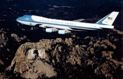 tt trump se cho son lai air force one mau quoc ky my