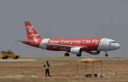 phat hien thi the tre so sinh tren may bay airasia