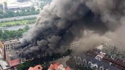 Cháy nhà hàng ở Hà Nội, cột khói bốc cao hàng trăm mét