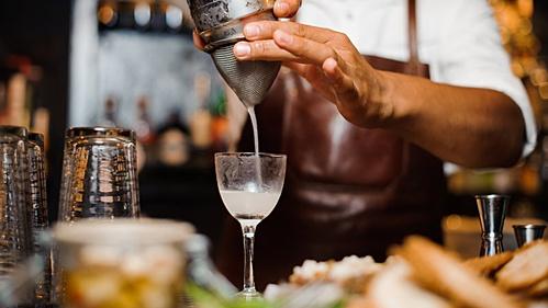 cuoc truy tim khach quyt tien trong dem cua bartender viet