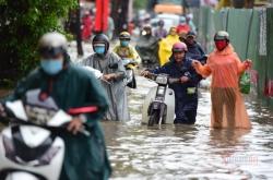 Sài Gòn mưa lớn, người dân qua
