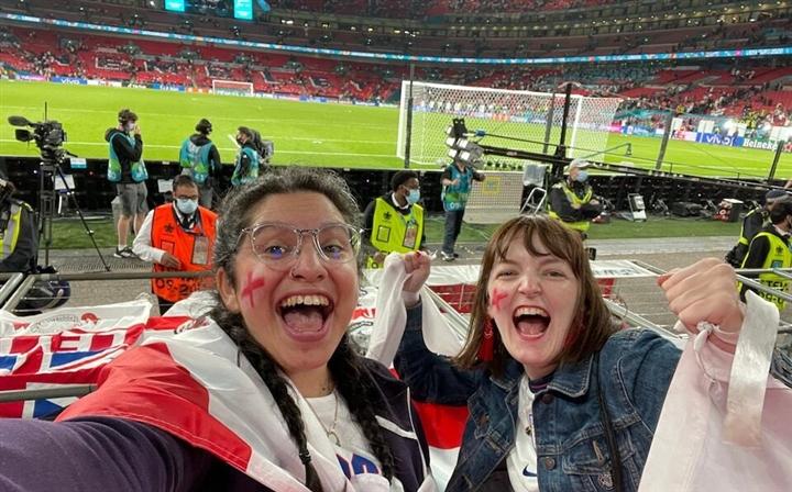 Bị sa thải vì trốn việc đi xem EURO 2020, nữ CĐV Anh nổi tiếng khắp thế giới  - 1