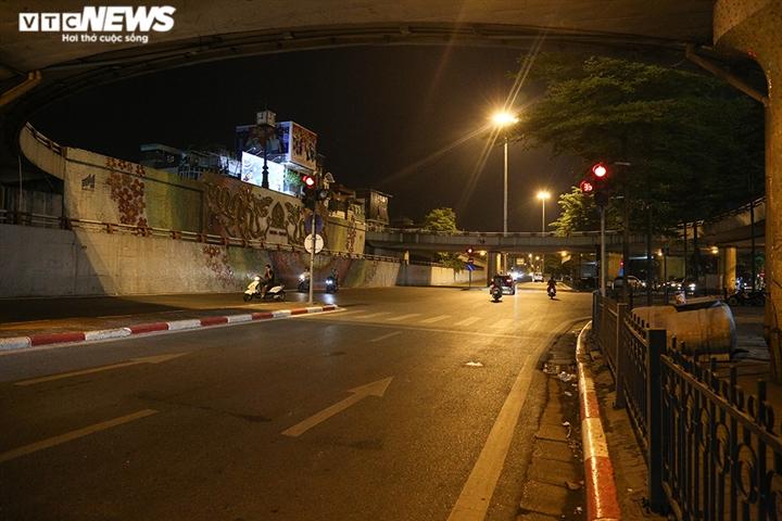 Đường phố Hà Nội vắng lặng trong đợt cao điểm chống làn sóng dịch COVID-19 thứ 4 - 11