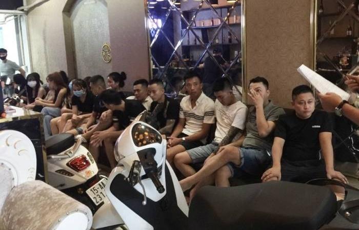 """Bất chấp lệnh cấm, 19 khách ở Hải Phòng vẫn """"hát chui"""" giữa mùa dịch"""
