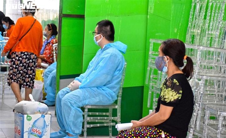 TP.HCM: Những bệnh nhân COVID-19 đầu tiên nhập viện dã chiến Thuận Kiều Plaza - 4
