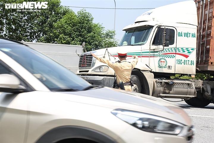 Ảnh: Nhiều xe vào Hà Nội phải quay đầu, cầu Phù Đổng ùn tắc kéo dài - 5