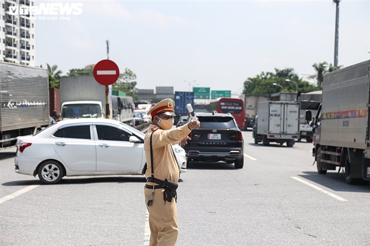Ảnh: Nhiều xe vào Hà Nội phải quay đầu, cầu Phù Đổng ùn tắc kéo dài - 6
