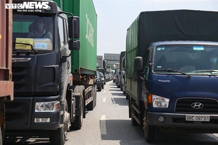 Ảnh: Nhiều xe vào Hà Nội phải quay đầu, cầu Phù Đổng ùn tắc kéo dài - 1