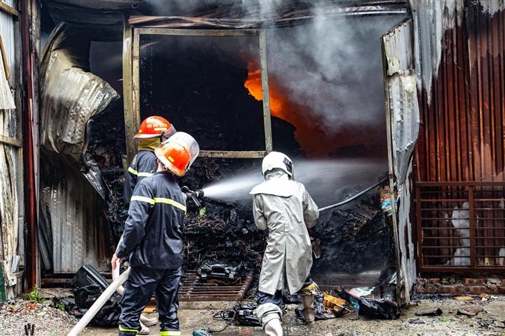 Hà Nội: Kho hàng cháy ngùn ngụt nghi do đốt vàng mã - 2