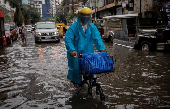 Đang vật lộn với COVID-19, thủ đô Philippines lại phải gồng mình chống mưa bão