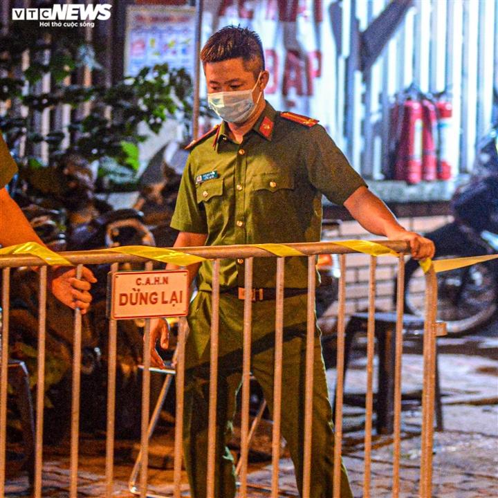 Ảnh: Dựng lều dã chiến ngay trong đêm, phong toả Bệnh viện Phổi Hà Nội  - 6