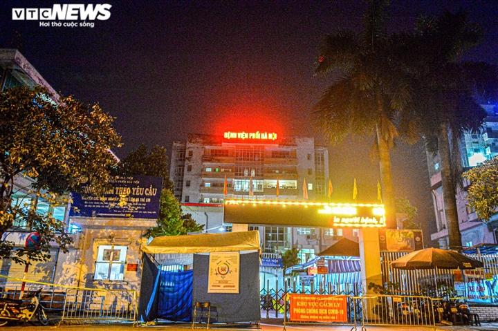 Ảnh: Dựng lều dã chiến ngay trong đêm, phong toả Bệnh viện Phổi Hà Nội  - 12