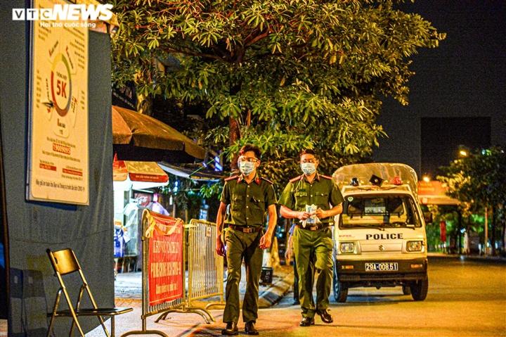 Ảnh: Dựng lều dã chiến ngay trong đêm, phong toả Bệnh viện Phổi Hà Nội  - 2