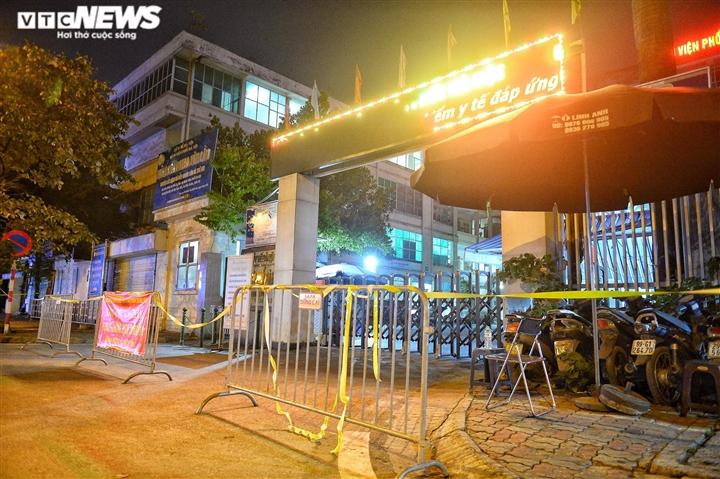 Ảnh: Dựng lều dã chiến ngay trong đêm, phong toả Bệnh viện Phổi Hà Nội  - 7