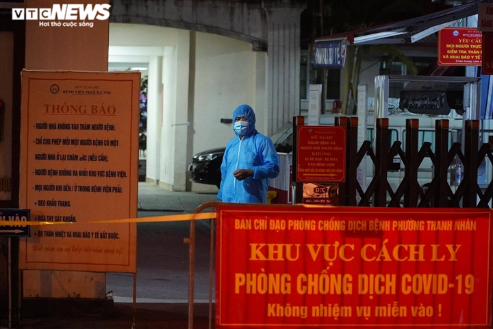 Ảnh: Dựng lều dã chiến ngay trong đêm, phong toả Bệnh viện Phổi Hà Nội  - 8