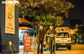 Ảnh: Dựng lều dã chiến ngay trong đêm, phong toả Bệnh viện Phổi Hà Nội