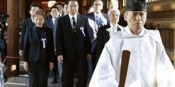 Thủ tướng Abe gửi đồ lễ tới đền Yasukuni giữa căng thẳng với Hàn Quốc