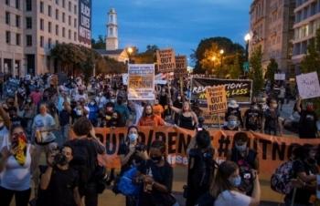 Người biểu tình tụ tập ngoài Nhà Trắng khi Trump phát biểu