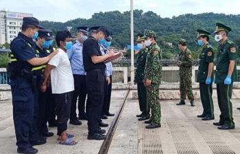 Kẻ trốn truy nã Trung Quốc bơi sông Hồng sang Việt Nam