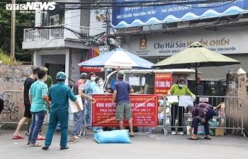 Ảnh: Dân Hà Nội ùn ùn tiếp tế cho người thân trong khu vực phong toả