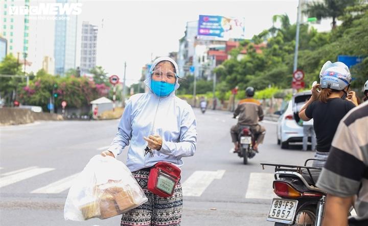 Ảnh: Dân Hà Nội ùn ùn tiếp tế cho người thân trong khu vực phong toả - 6
