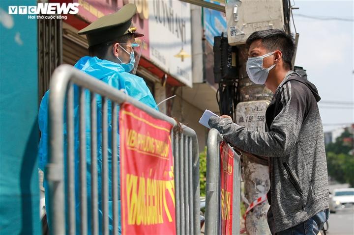 Ảnh: Dân Hà Nội ùn ùn tiếp tế cho người thân trong khu vực phong toả - 18