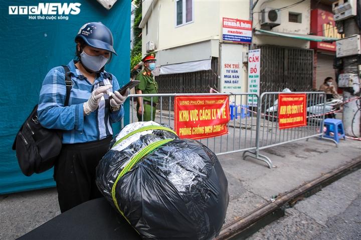 Ảnh: Dân Hà Nội ùn ùn tiếp tế cho người thân trong khu vực phong toả - 15