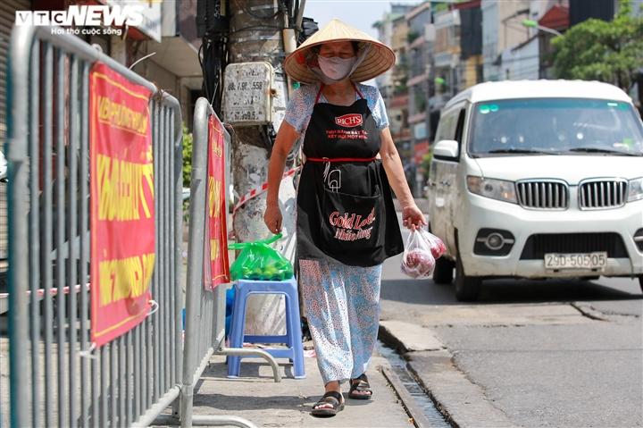 Ảnh: Dân Hà Nội ùn ùn tiếp tế cho người thân trong khu vực phong toả - 13
