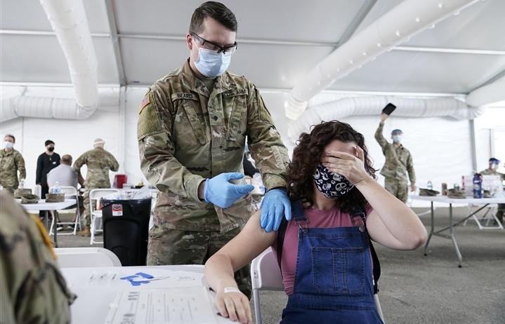 Mỹ: 70% người trưởng thành tiêm vaccine COVID-19, chậm kế hoạch 1 tháng
