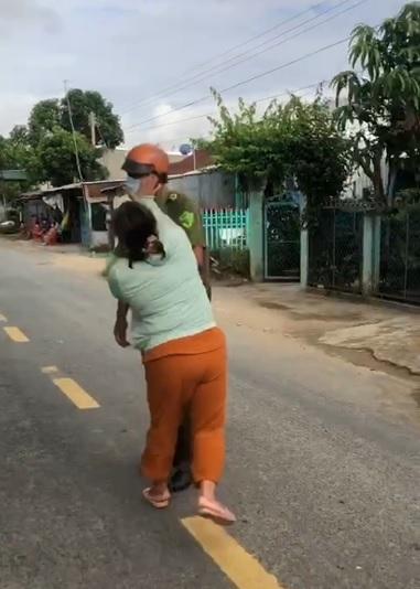 Người phụ nữ ở An Giang chửi bới, đánh người của tổ kiểm soát dịch COVID-19 - 1