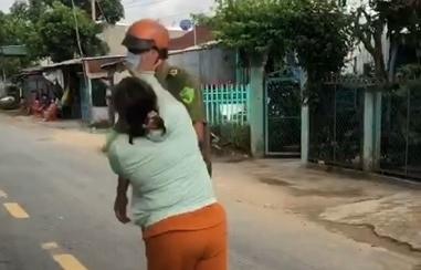 Người phụ nữ ở An Giang chửi bới, đánh người của tổ kiểm soát dịch COVID-19