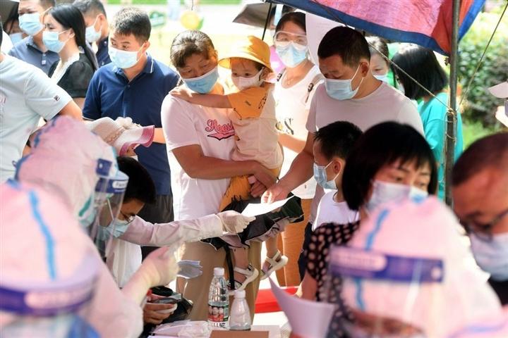 Trung Quốc ghi nhận ca mắc COVID-19 cao nhất trong 6 tháng - 1